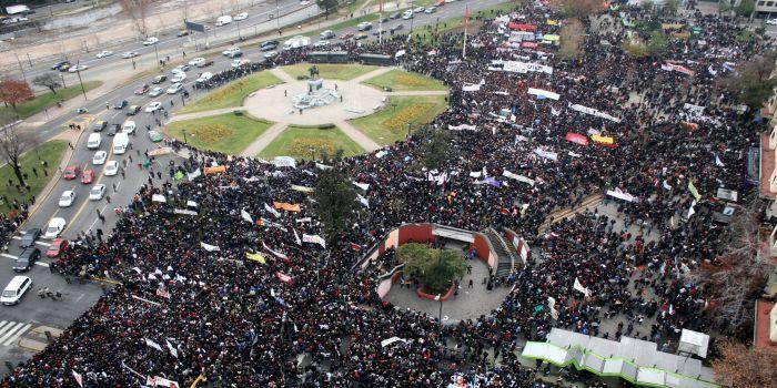 Masiva movilización estudiantil pasa por el palacio de La Moneda