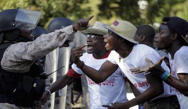 Manifestantes de Haití lapidan a ex combatiente mientras crisis política se agrava