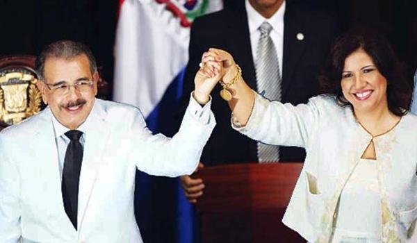 Presidente-Danilo-Medina-junto-a-la-vicepresidenta-Margarita-Cedeño-de-Fernández-toman-juramento-Turismo-Motor-de-la-Economía-01