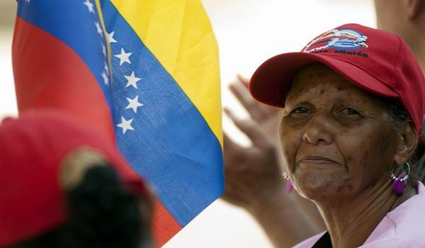 mujer-bandera-venezuela-chavez