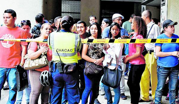 Venezuelans-queue-at-the-Chilean-consulate-41412258