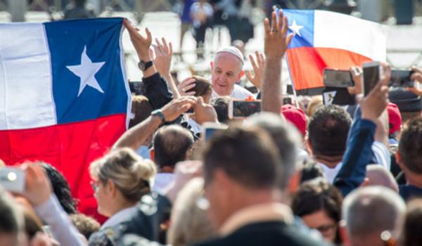 web3-pope-francis-chile-flag-general-audience-april192016-c2a9antoine-mekary-aleteia-am_7119