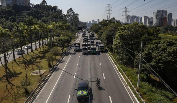 Camioneros-bloquean-carreteras-de-Brasil-por-alza-en-los-combustibles-2