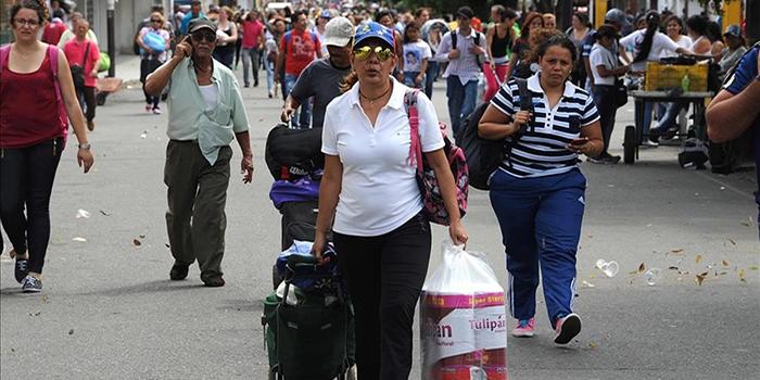 venezolanos-llevan-comestibles-por-puente-simon-bolivar-desde-cucuta-colombia-regreso-san-antonio-tachira-venezuela-julio-1468944549555