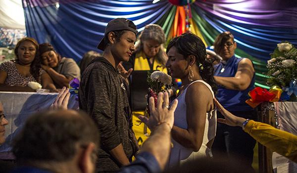 Maritza y Erck reciben las bendiciones de los presentes